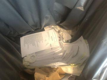 Papeletas de Vox en la basura