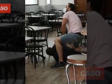 El momento en el que un mosso fuera de servicio reduce a un hombre con un hacha en bar de Barcelona