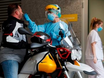 Sanitarios del Hospital Público de A Mariña en Burela, Lugo, hacen pruebas PCR
