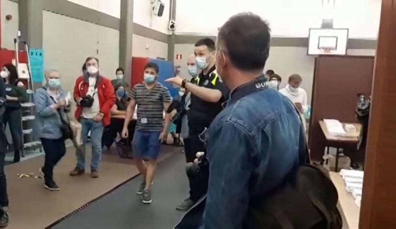 La policía municipal de Durango invita a los periodistas a desalojar un colegio electoral en Durango durante las elecciones vascas