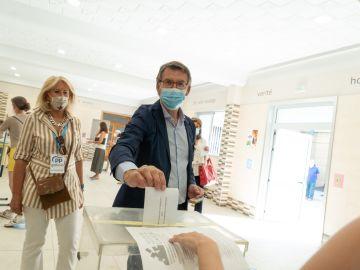 Alberto Núñez Feijóo ejerce su derecho a voto