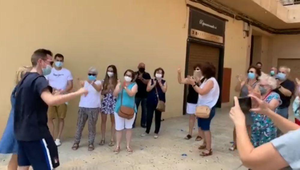 El emotivo reencuentro de un joven de 30 años con sus vecinos tras estar 78 días en UCI por el coronavirus