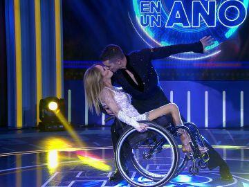Nadia supera los obstáculos de su silla de ruedas y logra bailar al lado de su gran amor