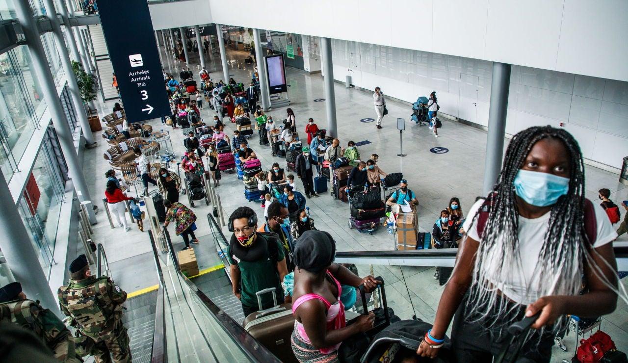 Pasajeros en el aeropuerto de Orly, Francia