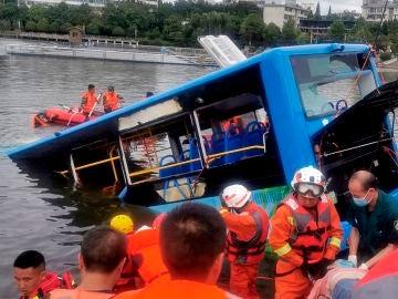 Un autobús que transportaba estudiantes se hundió en un lago en Anshun