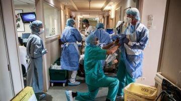 Sanitarios franceses trabajan en un hospital durante la pandemia de coronavirus.