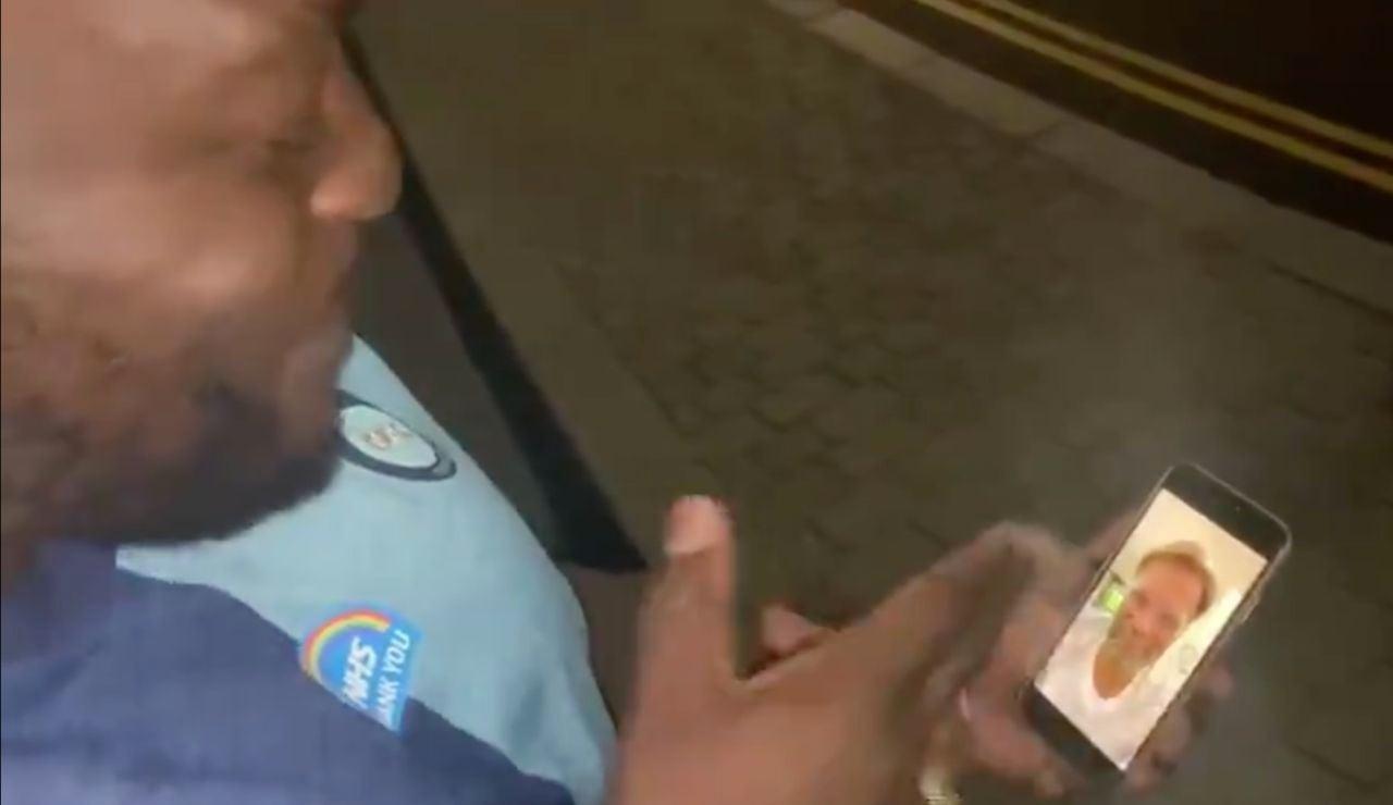 Adebayo Akinfenwa, en el momento de ver la felicitación de Klopp