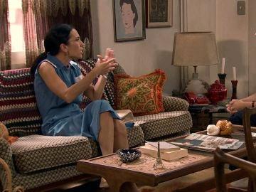 Manolita, en contra del deseo de Luisita de ser madre