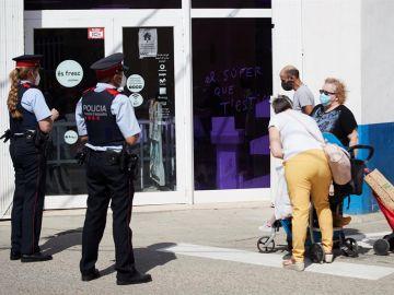 Mossos y ciudadanos con mascarilla en un pueblo del Segrià afectado por los rebrotes