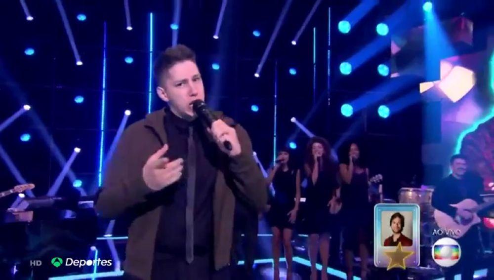 Jakson Follmann, el portero que sobrevivió al accidente aéreo de Chapecoense, es ahora una estrella del Pop en Brasil
