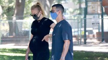 Una embarazadísima Sophie Turner junto a Joe Jonas