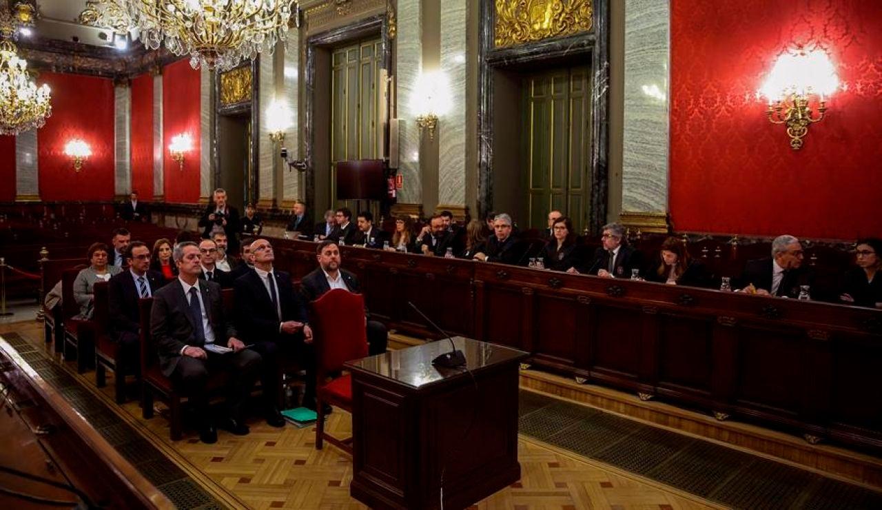 Oriol JunqRaül Romeva y  Joaquim Forn, junto al resto de los líderes independentistas, durante el juicio.
