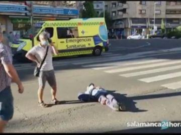 Un hombre se tumba en plena carretera de Salamanca provocando un atasco y los agentes se lo llevan a la fuerza