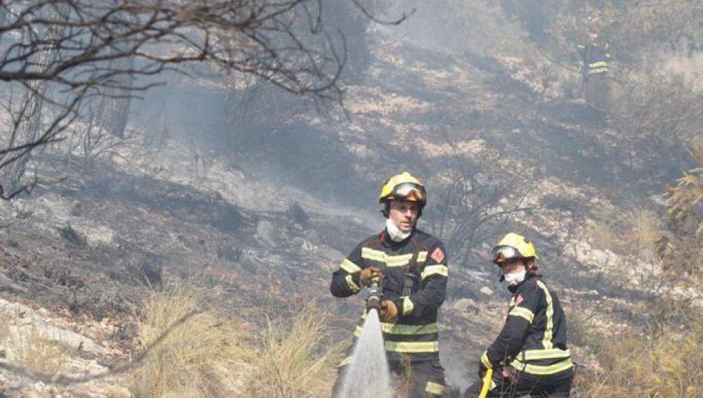 Bomberos en el incendio forestal de Monóvar.