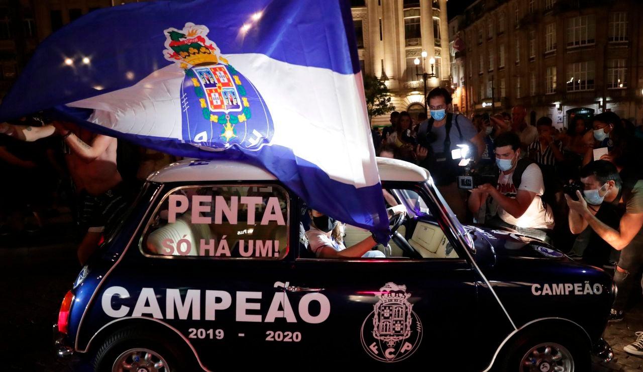 Aficionados del Oporto celebran el título de Liga