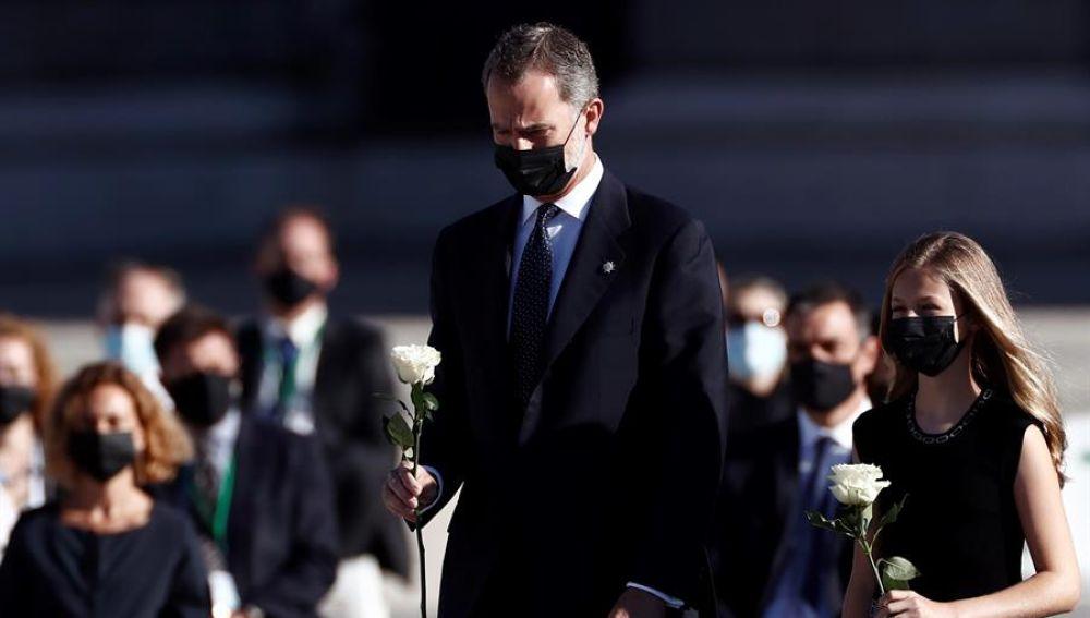 La princesa Leonor le dice a su padre, el rey Felipe VI, que se ponga la mascarilla en el homenaje de Estado a las víctimas del coronavirus
