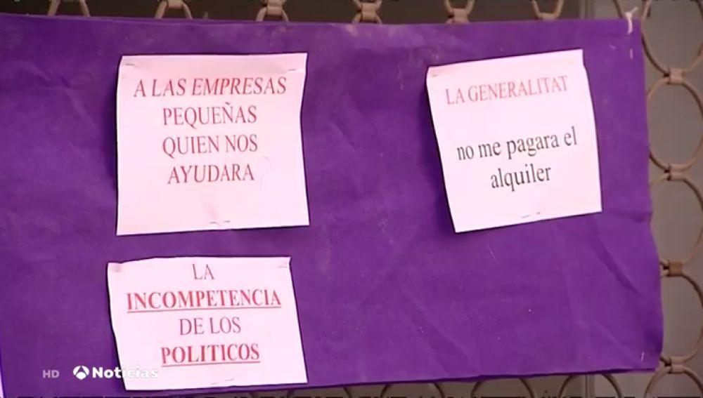 Los comerciantes ponen carteles en Lleida contra los políticos por las nuevas restricciones durante el coronavirus
