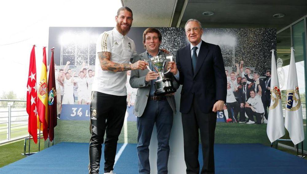 """La broma de José Luis Martínez-Almeida a Sergio Ramos: """"Solo borraría diez segundos de tu carrera"""""""