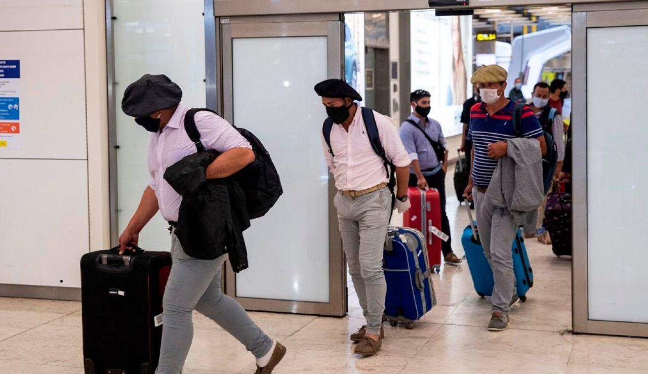 Llegada de un grupo de esquiladores uruguayos al aeropuerto de Madrid Barajas el pasado mes de mayo