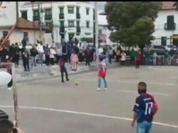 Varios adolescentes meten en un campo de fútbol el ataúd de un amigo que acababa de morir