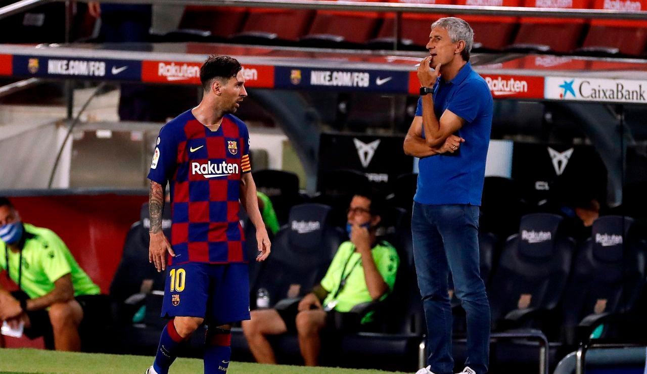 Leo Messi y Quique Setién, durante un partido del Barcelona