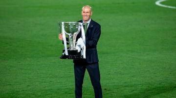 Zinedine Zidane con el título de Liga