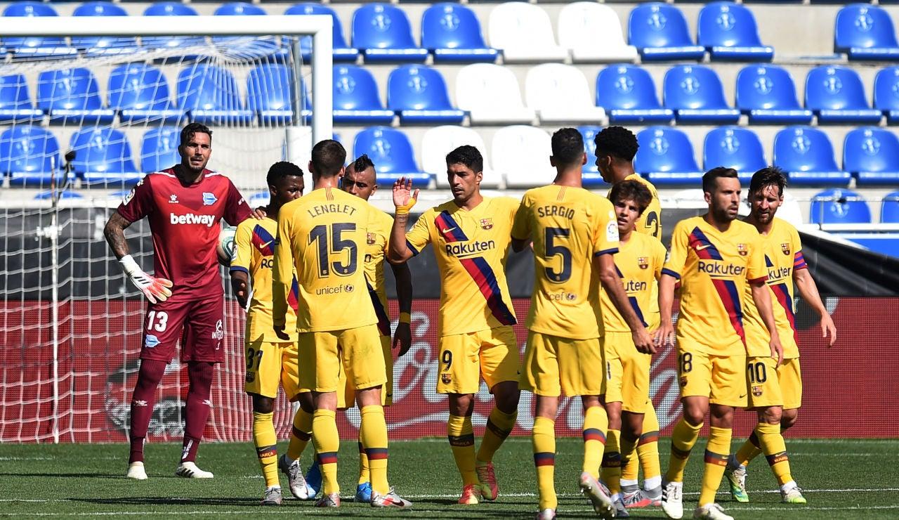 Los jugadores del Barcelona celebran un gol ante el Alavés
