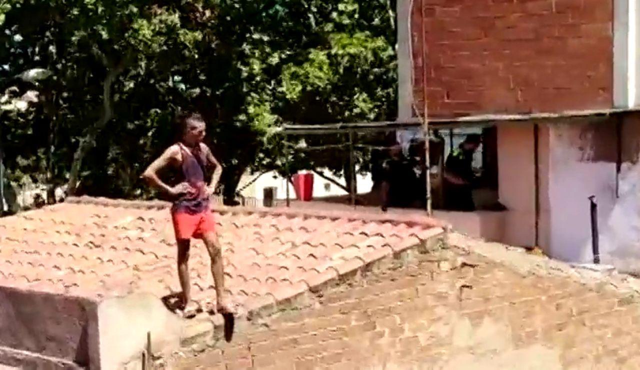 El momento de la detención de un okupa en Badalona mientras cruzaba colgado de cables de alta tensión