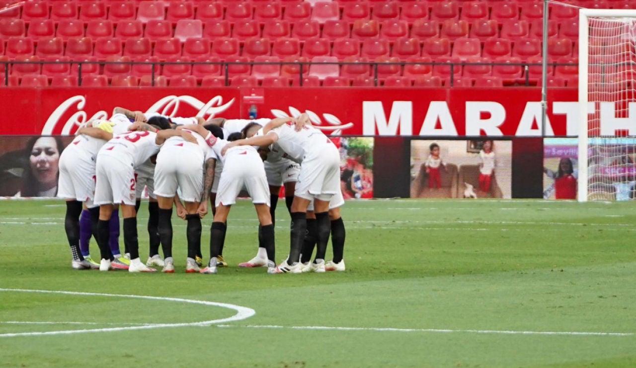 Los jugadores del Sevilla hace una piña antes de un partido