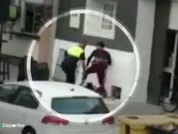 Un policía aporrea a un chico por practicar kitesurf en la playa de El Balneario