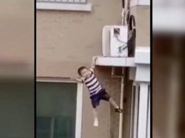 El niño antes de caerse