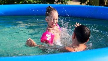 Niños en piscina