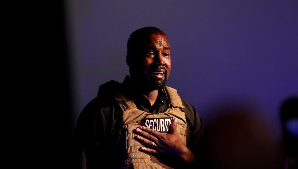 El rapero Kanye West se emociona cuando realiza su primer mitin en apoyo de su candidatura presidencial en North Charleston