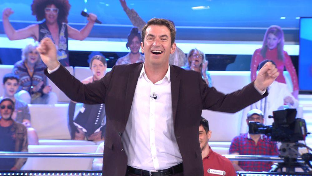 Arturo Valls le canta la respuesta al concursante tras su estrepitoso fallo en '¡Ahora caigo!'