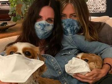 Courteney Cox y Jennifer Aniston utilizan a sus perros en un vídeo para fomentar el uso de la mascarilla contra el coronavirus