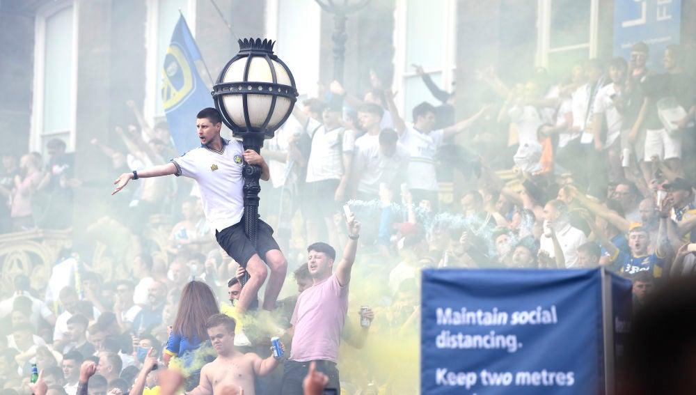 Los aficionados del Leeds celebran el ascenso a la Premier League
