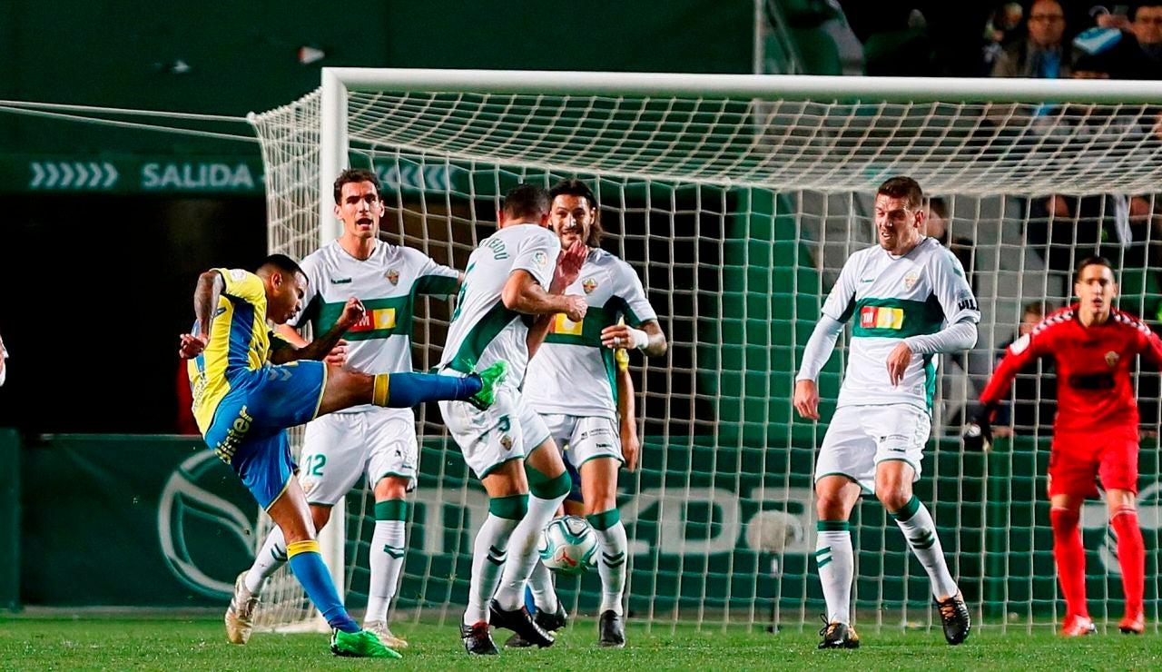 Los jugadores del Elche en su partido ante el Cádiz