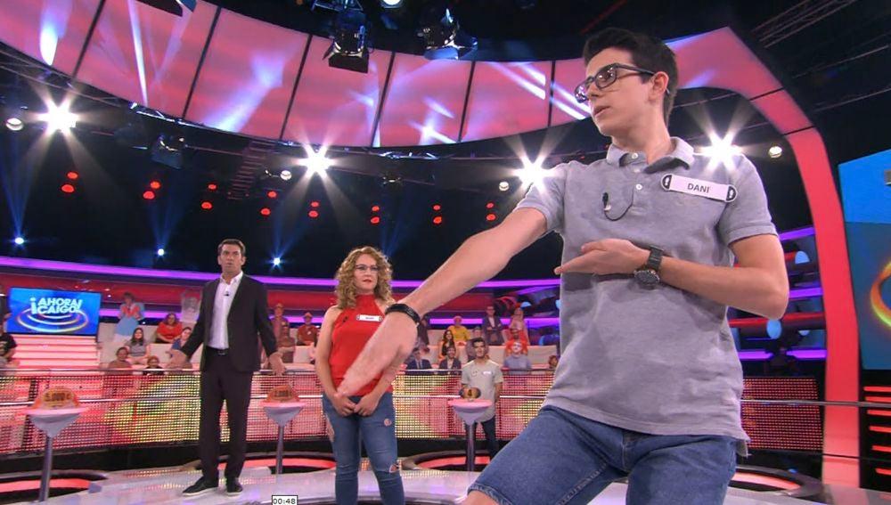 Dani enseña una pequeña cata de Karate en el plató de ´Ahora Caigo´