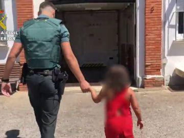 Abandona a una niña de 7 años en mitad de la carretera