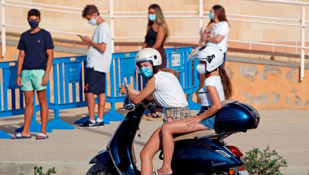 Varios jóvenes esperan a ser atendidos en Santa Pola