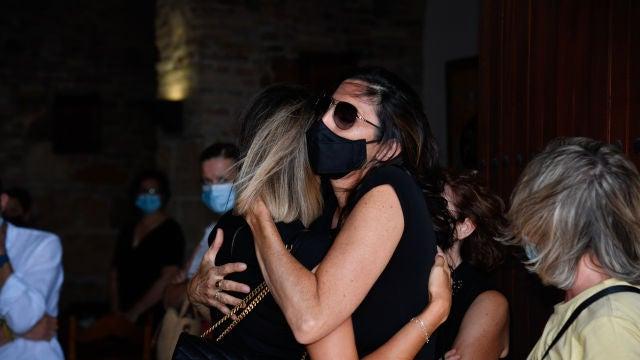 Paz Padilla y Anna Ferrer durante el entierro de Antonio Vidal