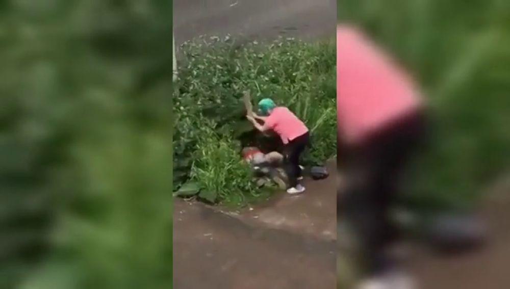 Una mujer rusa se lía a palos con una pareja que practicaban sexo en plena calle