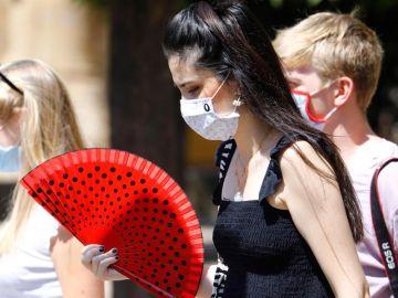 Varias mujeres caminan con mascarilla en Córdoba.
