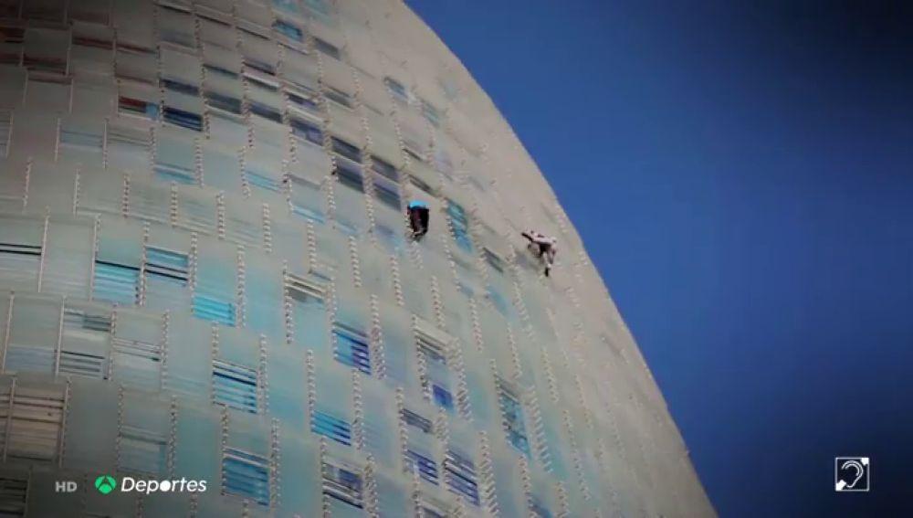 La última escalada extrema de Leo Urban en un edificio de Barcelona