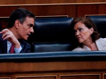 Carmen Calvo conversa con Pedro Sánchez durante la sesión de control