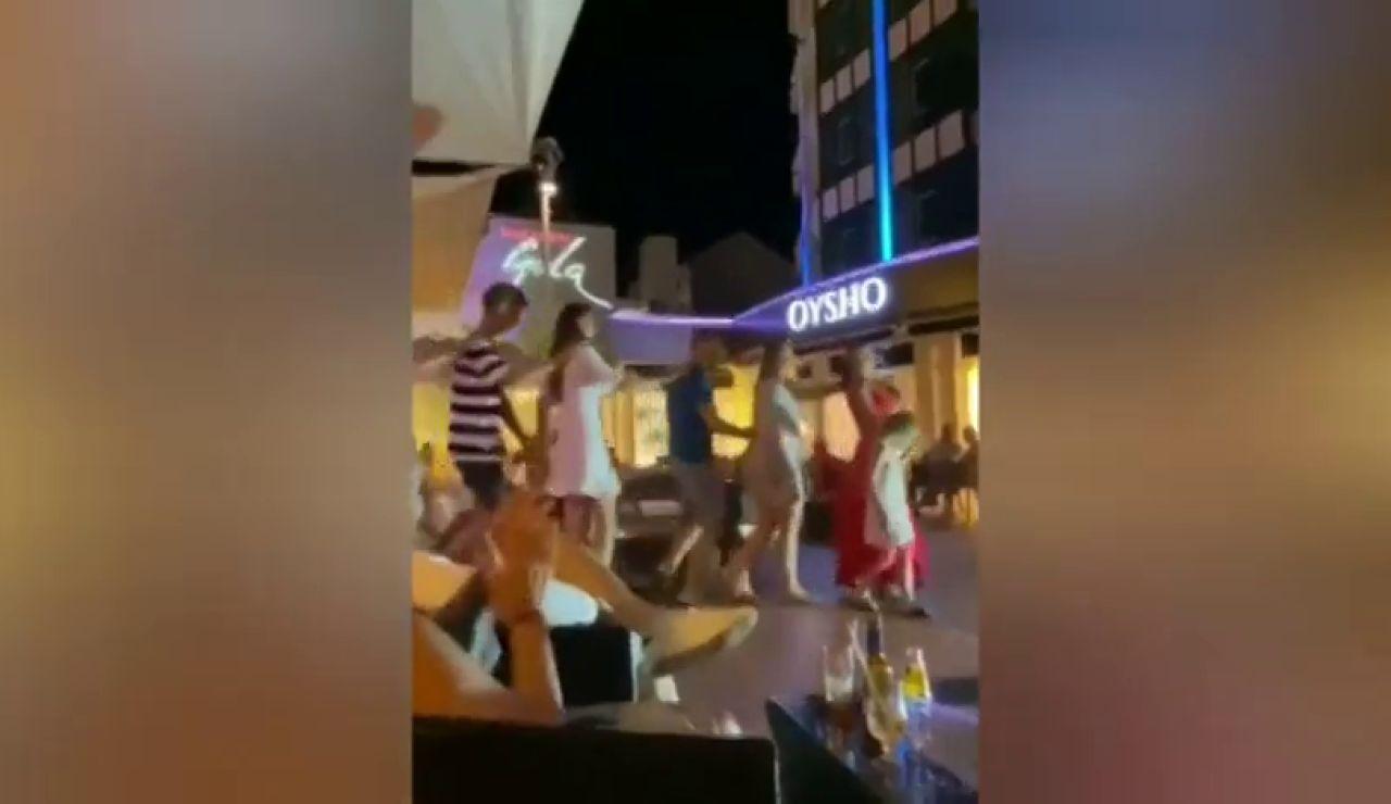 Hacen la conga sin mascarillas en un bar del sur de Tenerife