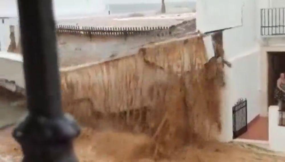 Muros derribados, coches flotando y numerosos daños en Estepa, Sevilla, por la DANA