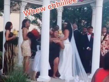 """Una mujer embarazada arruina la boda de su amante al irrumpir en la ceremonia y gritar """"¡Aquí está tu bebé!"""""""