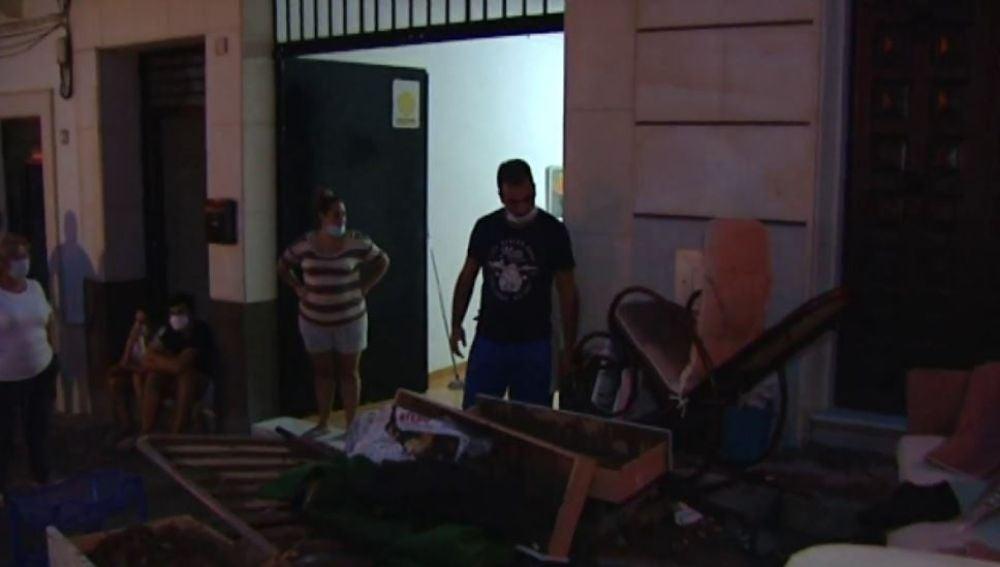 Los vecinos limpian Estepa tras la riada por la DANA