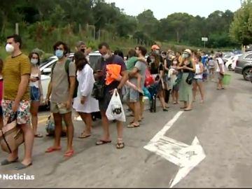 Los bañistas hacen cola desde las siete de la mañana para acceder a la playa de Begur, en Girona